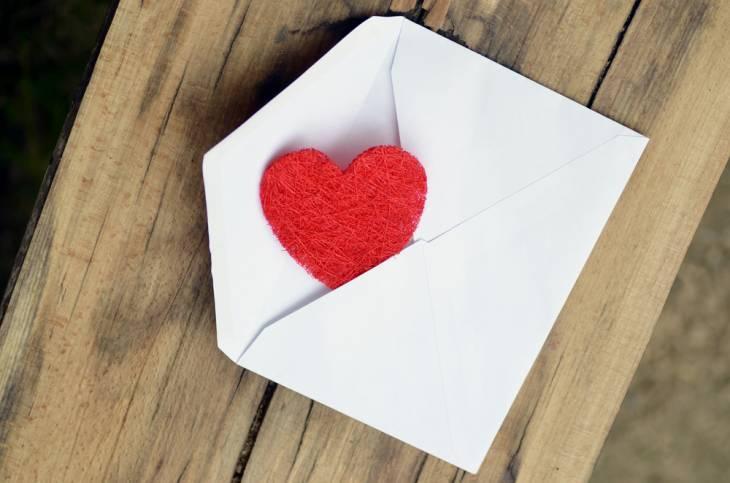 6 Veprime të Thjeshta që ju bëjnë të Ndiheni më Afer të Dashurës Dashurit Tuaj