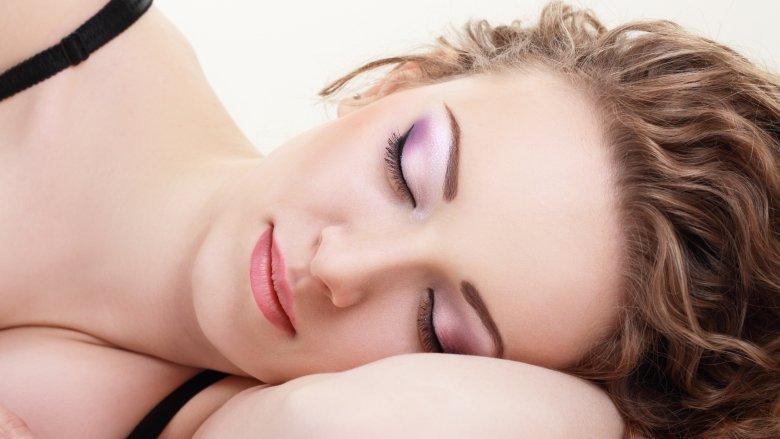 Çfarë të bëni nese i'u zë gjumi pa e hequr grimin