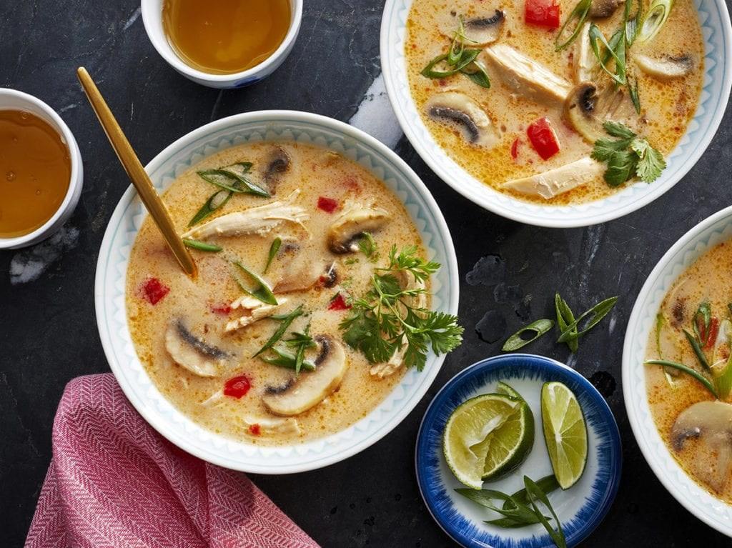 Recetë tailandeze për supë me pulë dhe kokos
