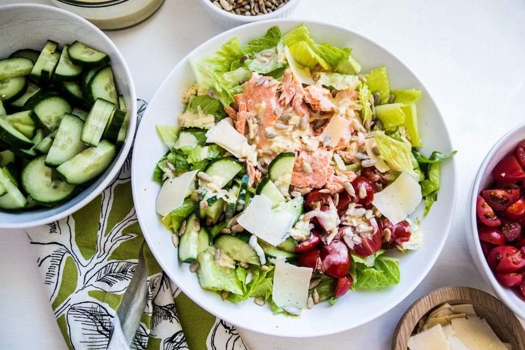 Sallata Cezar me Lakër Jeshile dhe Salmon