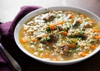 Supë me mish viçi dhe perime (Recetë për gatim të ngadaltë)