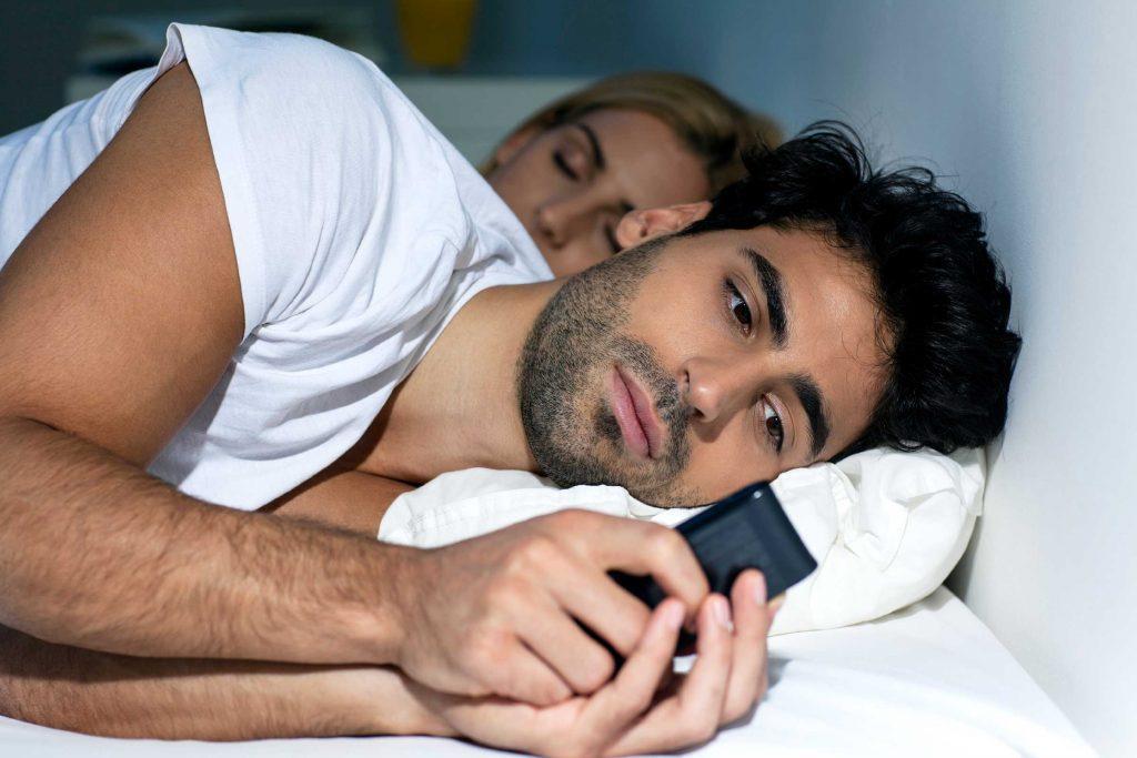 Shenjat qe bashkëshorti juaj mund të jetë duke i'u tradhëtuar