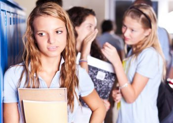 A duhet të ndërhyjnë prindërit në dramën e adoleshentëve të tyre