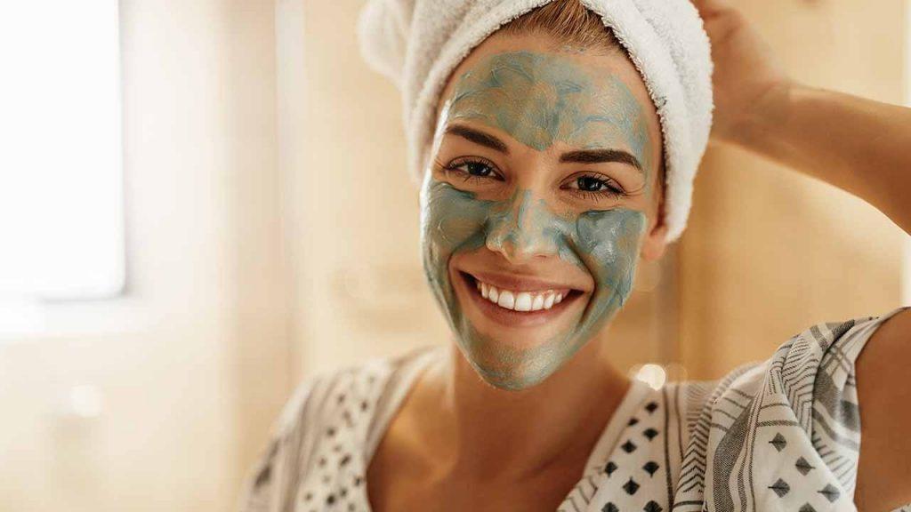 6 Maska për Trajtimin e Akneve që Mund t'i bëni në Shtëpi