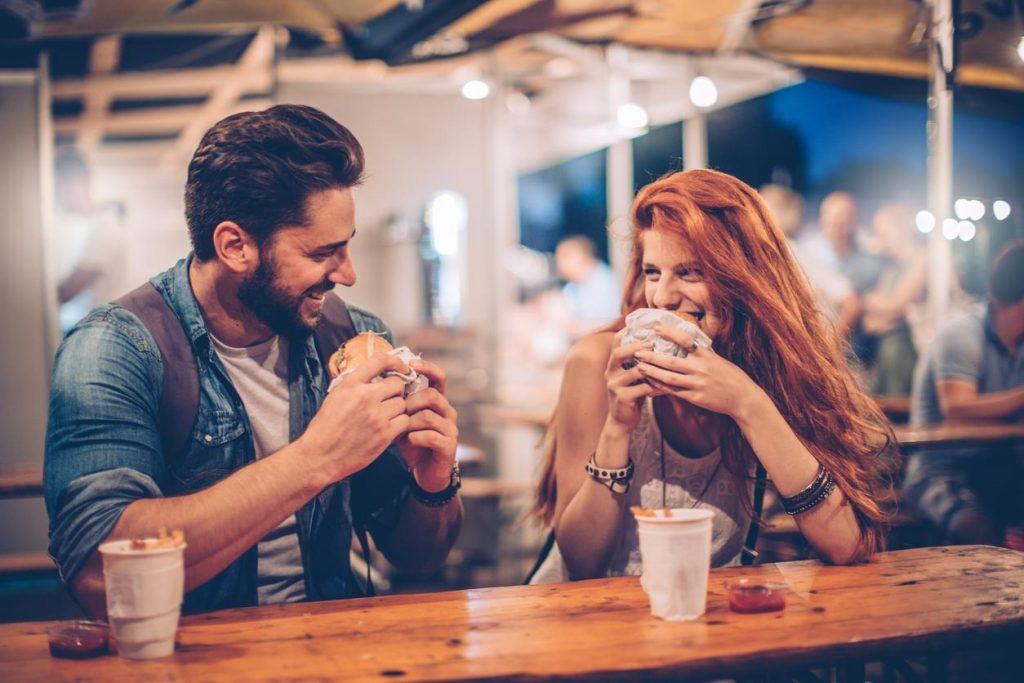 Si te Keni një Takim të Parë të Suksesshëm me Dikë që e Keni Takuar në Internet