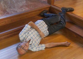 8 gjëra për të cilat mjeku duhet të kontrollojë pasi që një i moshuar rrëzohet