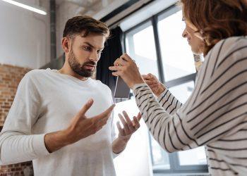 9 Veprime që Tregojnë se Po Ju Kontrollon Partneri