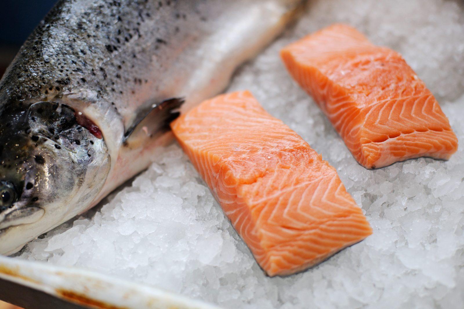 12 Përfitime Nga Salmoni Për Zemren, Trurin Dhe Më Shumë