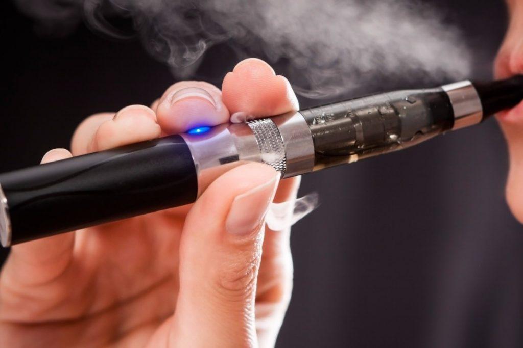 Cigaret elektrike, të rrezikshme: Kanë baktere që shkaktojnë probleme mushkërish