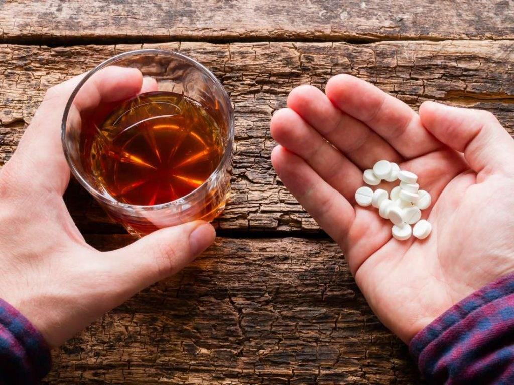 Ja pse Ilaçet s'duhen Pirë Kurrë me Lëngje të Tjera Përpos me Ujë